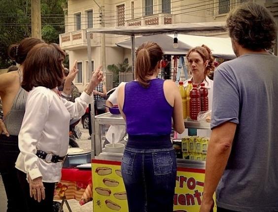 """Em """"Avenida Brasil"""", Noêmia começa a vender crepe e Cadinho e promete dividir fortuna com ela"""