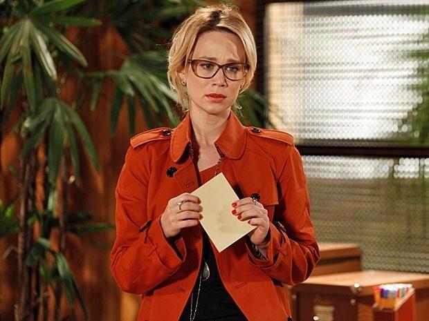 """Em """"Guerra do Sexos"""", Juliana recebe bilhete misterioso pedindo um encotro e chora"""
