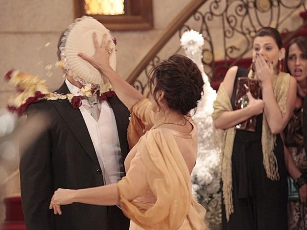 """Em """"Guerra dos Sexos"""", Roberta dá uma torta na cara de Felipe após Analú desistir de se casar"""
