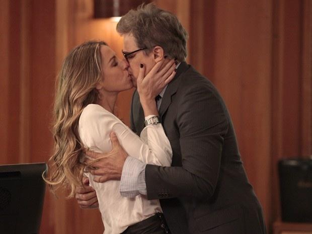 """Em """"Guerra dos Sexos"""", Vânia agarra Felipe escondido no escritório e rouba um beijo"""
