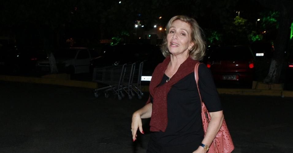 """Irene Ravache se reuniu com o elenco de """"Guerra dos Sexos"""" para assistir ao primeiro capítulo da novela em uma churrascaria na zona sul do Rio (1/10/12)"""