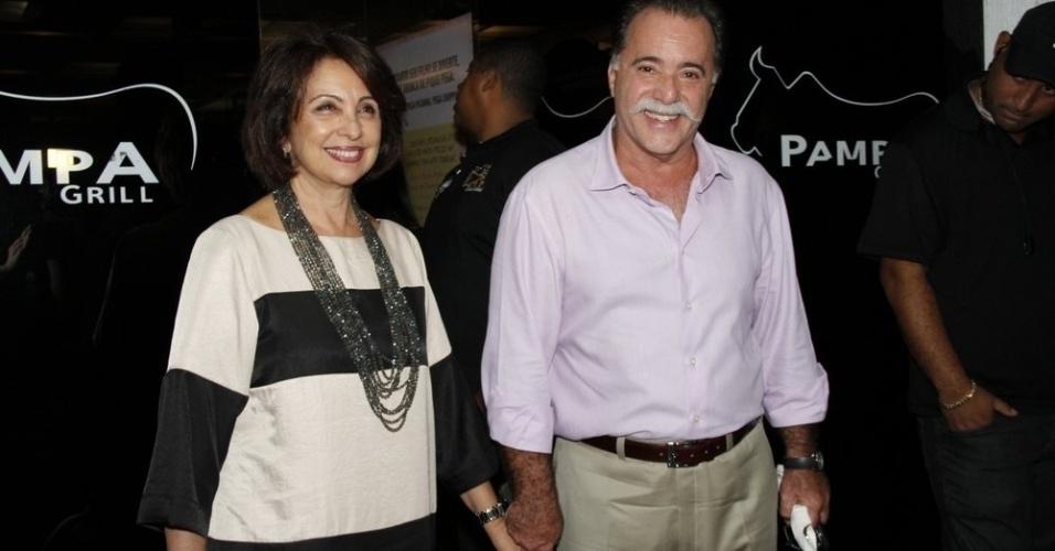 """O casal Tony Ramos e Lidiane se reuniu com o elenco de """"Guerra dos Sexos"""" para assistir ao primeiro capítulo da novela em uma churrascaria na zona sul do Rio (1/10/12)"""