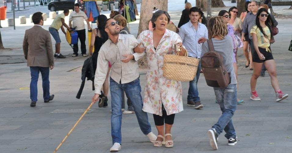 """Em """"Balacobaco"""", Zé Maria se faz de cego enquanto Cremilda pede esmola"""