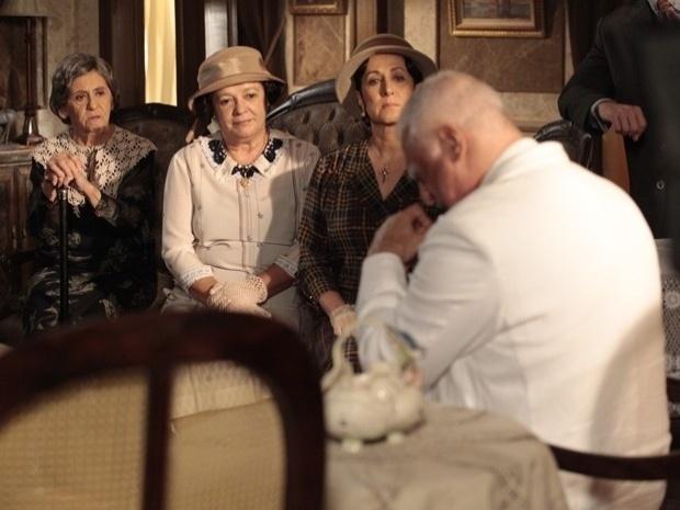 """Em """"Gabriela"""", Dorotéia conta para coronel Ramiro que Gerusa irá fugir com Mundinho Falcão (2/10/12)"""