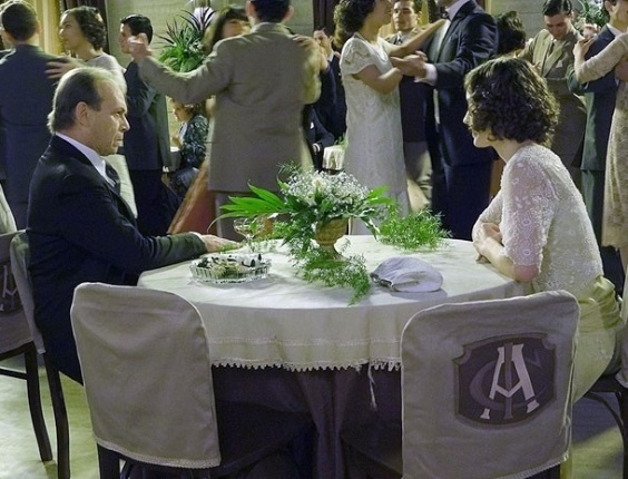 """Em """"Gabriela"""", Jesuíno proíbe Iracema de dançar no baile de formatura das amigas"""