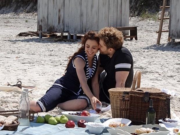 """Em """"Lado a Lado"""", Edgar leva Laura à praia (2/10/12)"""