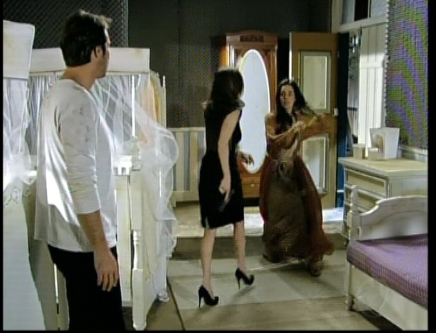 Eneida entra no quarto e fala que quer que Maria a siga