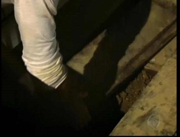 Otávio está preso no quarto cavando para tentar liberdade