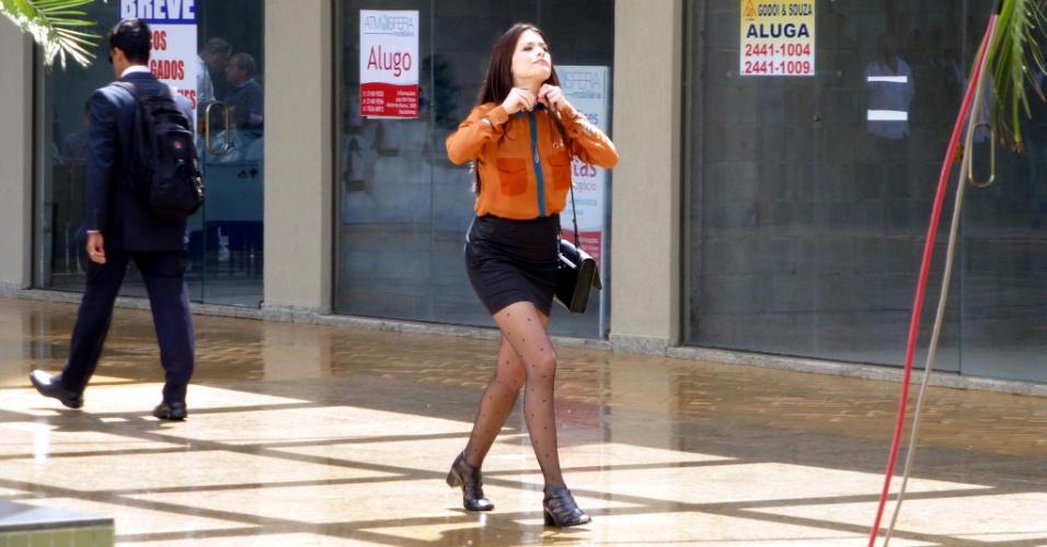 """A atriz Alinne Moraes grava cenas do seriado """"Como Aproveitar o Fim do Mundo"""", da Globo, em um shopping na Barra da Tijuca, no Rio de Janeiro (3/10/12)"""