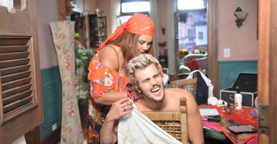 Disfarçada de Madame Zenaide, Cremilda (Solange Couto) faz tatuagem em Noberto (Bruno Ferrari)