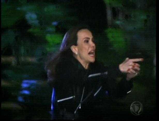 Eneida coloca a arma na cabeça de Otávio. Tereza apaonta a arma para Eneida