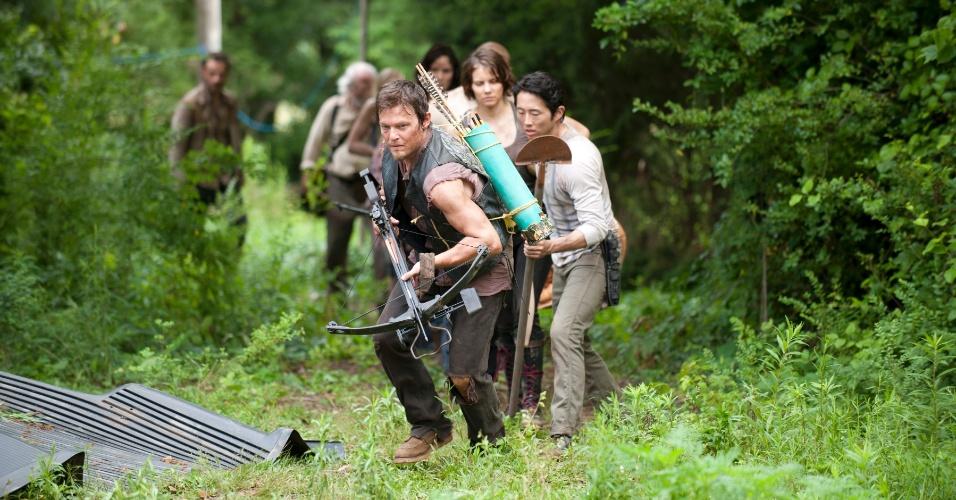 """Liderados por Daryl (Norman Reedus), grupo de sobreviventes de """"The Walking Dead"""" aparecem em cena de """"Seed"""", primeiro episódio da terceira temporada da série, que estreia no dia 16 de outubro, às 22h15, na Fox"""