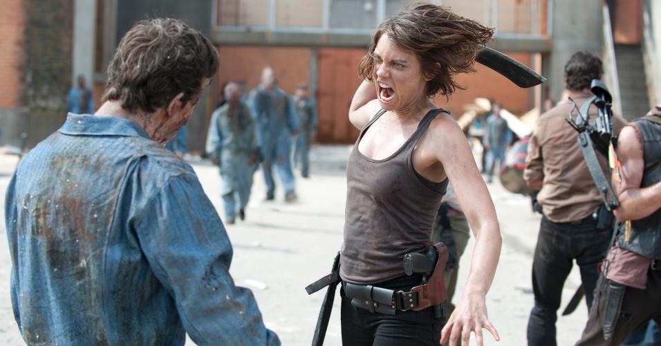 """Maggie Greene (Lauren Cohan) enfrenta um zumbi detento em cena de """"Seed"""", primeiro episódio da terceira temporada de """"The Walking Dead"""", que estreia no dia 16 de outubro, às 22h15, na Fox"""
