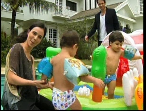 Maria brinca com suas duas crianças Edgar e Tavinho. Otávio chega e diz que ela está linda