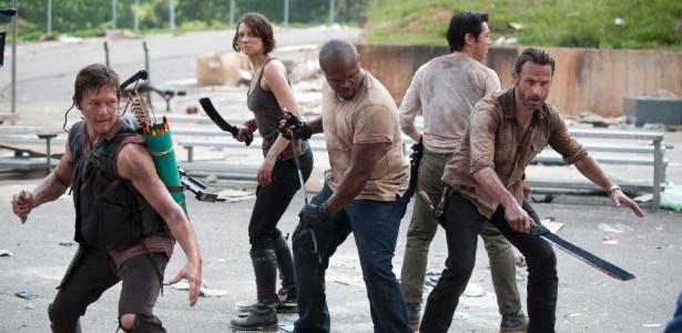"""03.out.2013 - Daryl (esq) e Rick (dir) lutam contra zumbis na terceira temporada de """"Walking Dead"""" - Gene Page/AMC"""