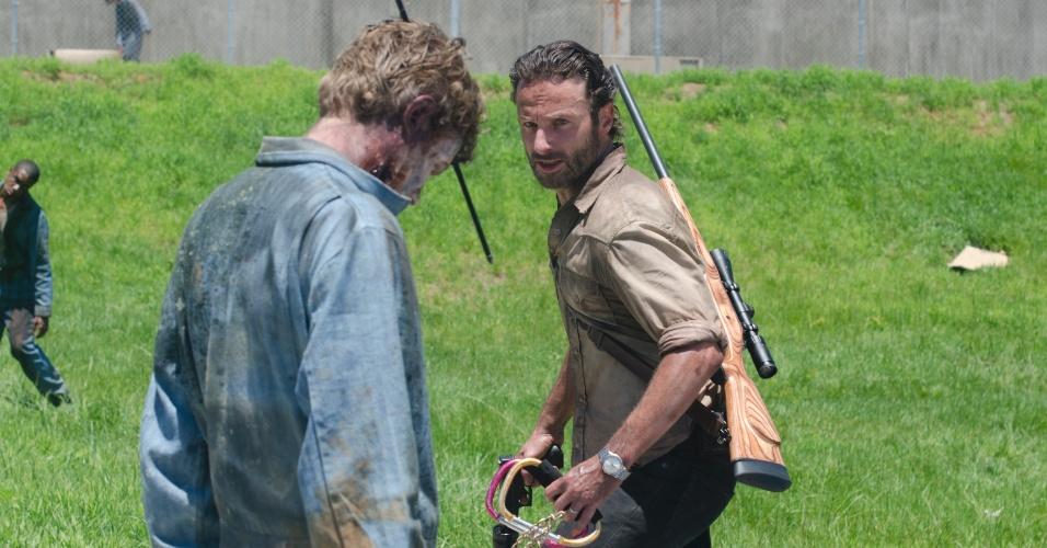 """Rick Grimes (Andrew Lincoln) enfrenta um zumbi dentento em cena de """"Seed"""", primeiro episódio da terceira temporada de """"The Walking Dead"""", que estreia no dia 16 de outubro, às 22h15, na Fox"""