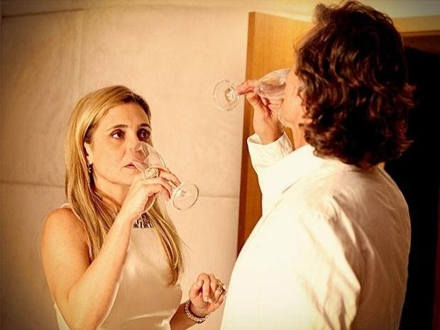 """Em """"Avenida Brasil"""", Carminha dá sonífero para Max e ordena que Lúcio afunda a lancha do amante (4/10/12)"""