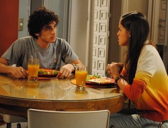 """Em """"Malhação"""", Ju pergunta se Dinho gosta de Lia e o garoto desconversa"""