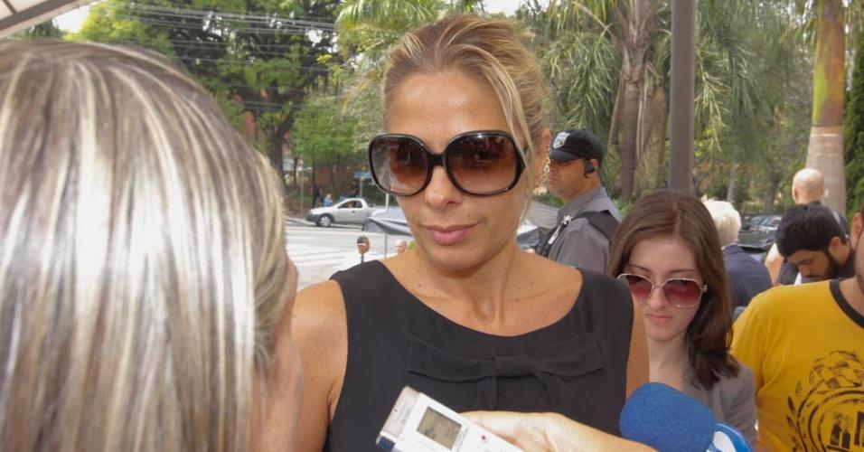 A apresentadora Adriane Galisteu fala com a imprensa antes da missa de sétimo dia de Hebe Camargo na igreja Nossa Senhora do Brasil, em São Paulo (5/10/12)
