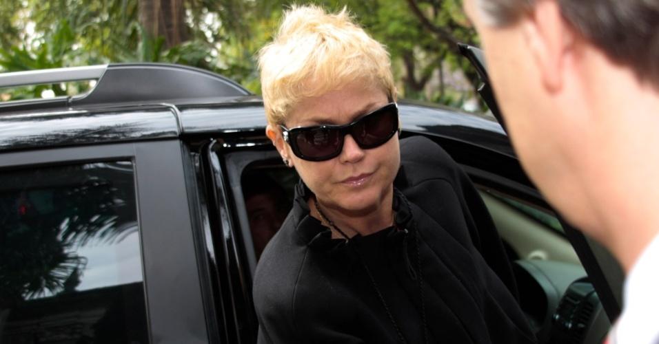 A apresentadora Xuxa chega à igreja Nossa Senhora do Brasil, em São Paulo, para a missa de sétimo dia de Hebe Camargo (5/10/12)