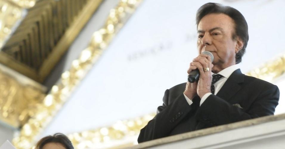 """Agnaldo Rayol homenageou Hebe Camargo cantando as músicas """"Ave Maria"""", """"Nossa Senhora"""" e Como é Grande o Meu Amor por Você"""", na missa de sétimo dia da apresentadora na igreja Nossa Senhora do Brasil, em São Paulo (5/10/12)"""