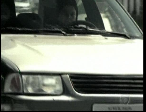 Diva e Dóris roubam o carro e fazem Isabel de refém
