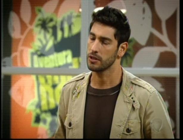 Eduardo conversa com Norberto. O namorado de Diva só pensa em seu sonho
