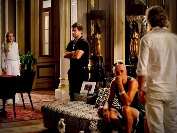 """Em """"Avenida Brasil"""", Carminha tem um ataque histérico ao ver Max vivo na mansão (5/10/12)"""