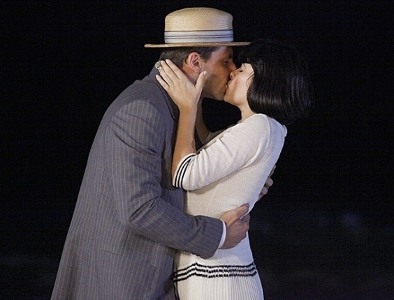 """Em """"Gabriela"""", com um chicote na mão, Melk flagra Malvina na praia aos beijos com Rômulo"""