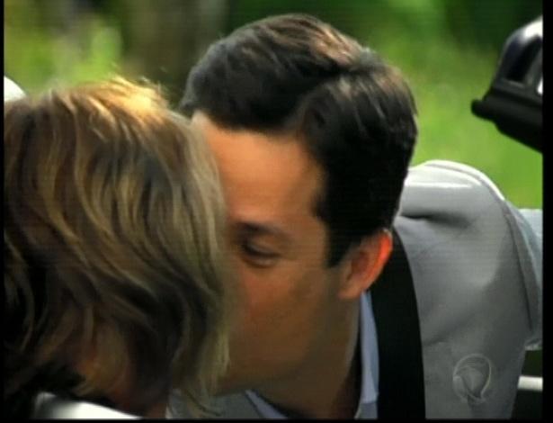 Em meio a juras de amor, Isabel leva o marido para conhecer seu escritório