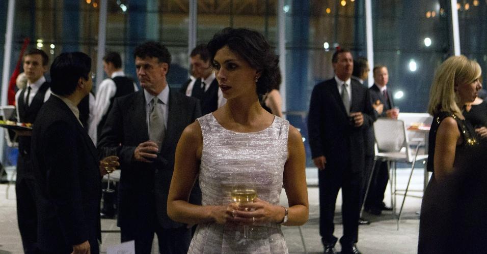 """Cena da segunda temporada de """"Homeland"""" mostra Jessica Brody (Morena Baccarin) em uma festa acompanhando o marido Nicholas Brody (Damian Lewis), que neste ano começa a trabalhar para se eleger como deputado pelos Estados Unidos"""