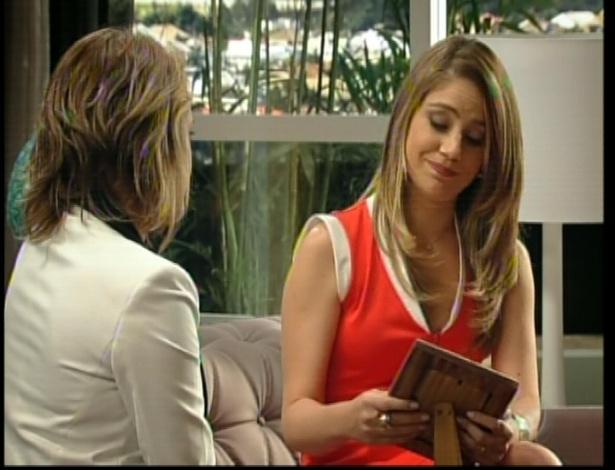 Isabel pergunta à irmã porque nunca mais procurou o verdadeiro pai de Taís