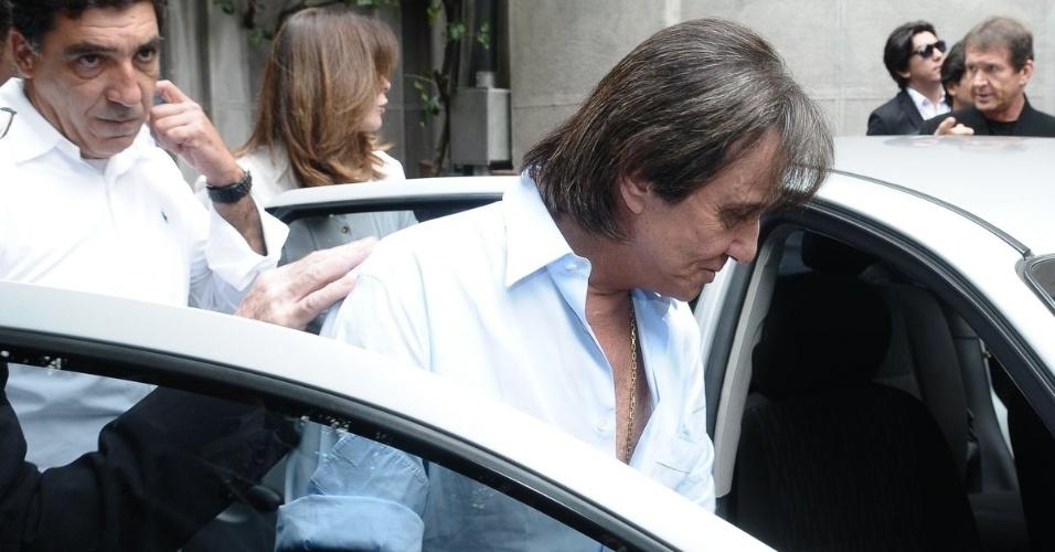 O cantor Roberto Carlos deixa a igreja Nossa Senhora do Brasil após a missa de sétimo dia de Hebe Camargo, em São Paulo (5/10/12)