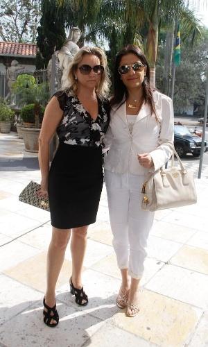 Socialite Lidia Sayeg (dir.) chega à igreja Nossa Senhora do Brasil, em São Paulo, para a missa de sétimo dia de Hebe Camargo (5/10/12)