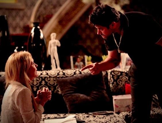 Depois de ser desmascarada, Carminha (Adriana Esteves) tenta convencer a família de Tufão (Murilo Benício)