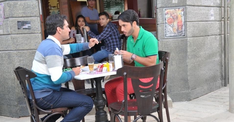 """Em """"Balacobaco"""", Patrick e Breno ficam chocados com as mensagens pessimistas de seus pasteis"""