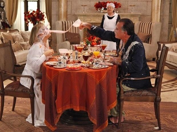 """Em """"Guerra dos Sexos"""", Charlô e Otávio fazem guerra de comida durante o café da manhã (10/10/12)"""