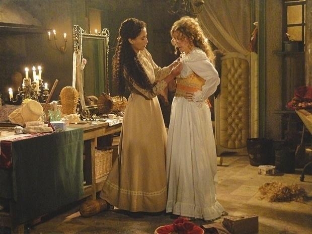 """Em """"Lado a Lado"""", Diva contrata Isabel como camareira do teatro (8/10/12)"""