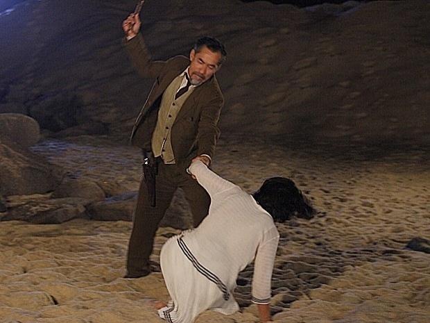 """Em """"Gabriela"""", após flagrar Malvina aos beijos com Rômulo, Melk dá uma surra de chicote na filha (9/10/12)"""