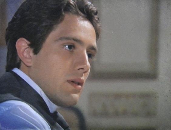 """Em """"Lado a Lado"""", Albertinho respira aliviado ao ver que Laura não sabe sobre seu romance com Isabel"""