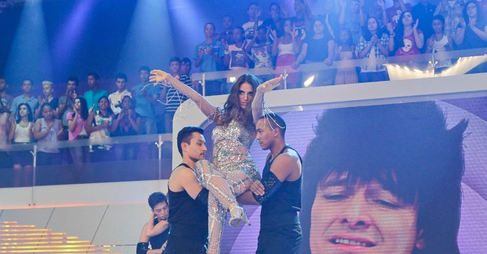 """Chris Flores se apresenta no programa """"O Melhor do Brasil"""", que vai ao ar no dia 20 de outubro. A apresentadora imitou Jennifer Lopez no quadro """"Dança Gatinho"""" (10/10/2012)"""