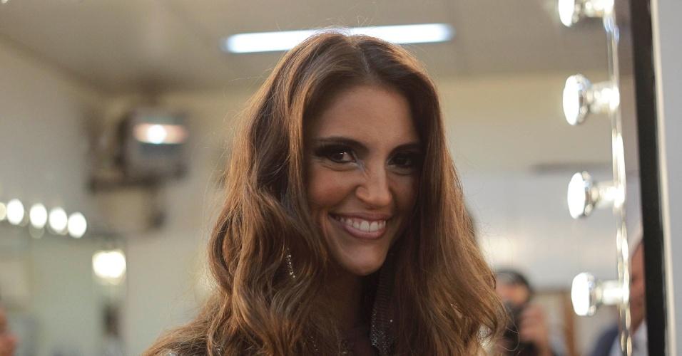 """Chris Flores se prepara para se apresentar no programa """"O Melhor do Brasil"""". A apresentadora imitou Jennifer Lopez no quadro """"Dança Gatinho"""" (10/10/2012)"""