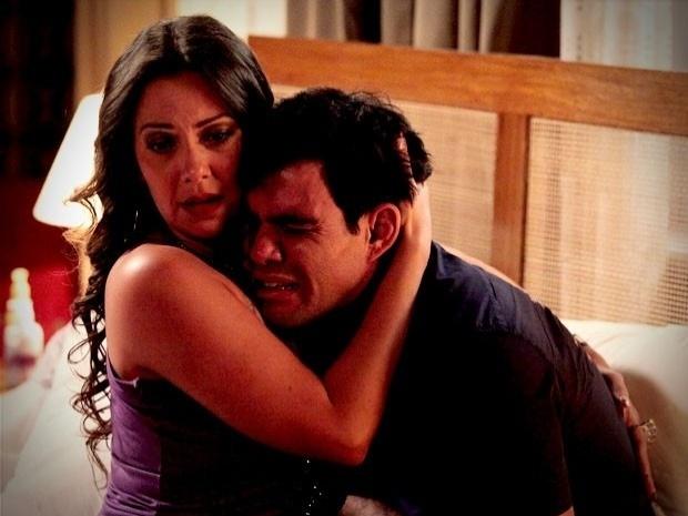 """Em """"Avenida Brasil"""", magoado com a traição de Muricy, Adauto recebe o carinho de Olenka (10/10/12)"""