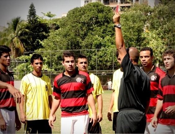 """Em """"Avenida Brasil"""", por causa de Suelen, Leandro é expulso do Flamengo (10/10/12)"""
