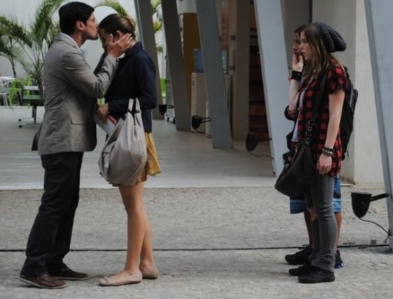"""Em """"Malhação"""", Com roupa comportada, Fatinha aparece com o noivo na escola"""