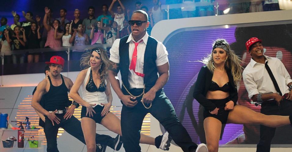 """Leo Santana, do grupo Parangolé, se apresenta no programa """"O Melhor do Brasil"""", que vai ao ar no dia 20 de outubro. O cantor imitou Chris Brown no quadro """"Dança Gatinho"""" (10/10/2012)"""