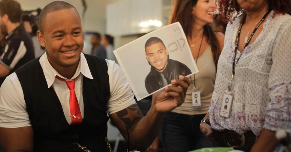 """Leo Santana, do grupo Parangolé, se prepara para se apresentar no programa """"O Melhor do Brasil"""". O cantor imitou Chris Brown no quadro """"Dança Gatinho"""" (10/10/2012)"""