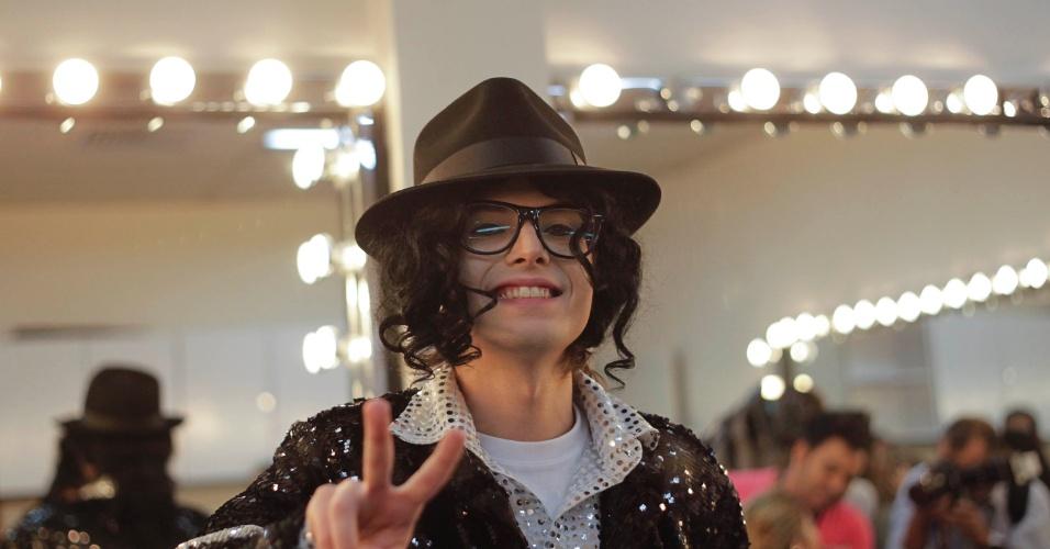 """Pe Lanza do Restart se prepara para se apresentar no programa """"O Melhor do Brasil"""". O cantor imitou Michael Jackson no quadro """"Dança Gatinho"""" (10/10/2012)"""