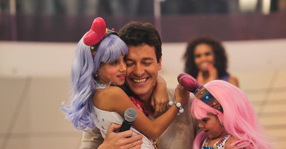 """Rodrigo Faro abraça as filhas Maria (4 anos) e Clara (7 anos) no """"O Melhor do Brasil"""", que vai ao ar no dia 20 de outubro (10/10/12)"""