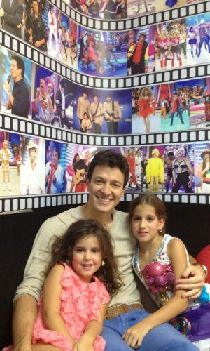 """Rodrigo Faro com as filhas Maria (4 anos) e Clara (7 anos) nos bastidores de """"O Melhor do Brasil"""" (10/10/12)"""